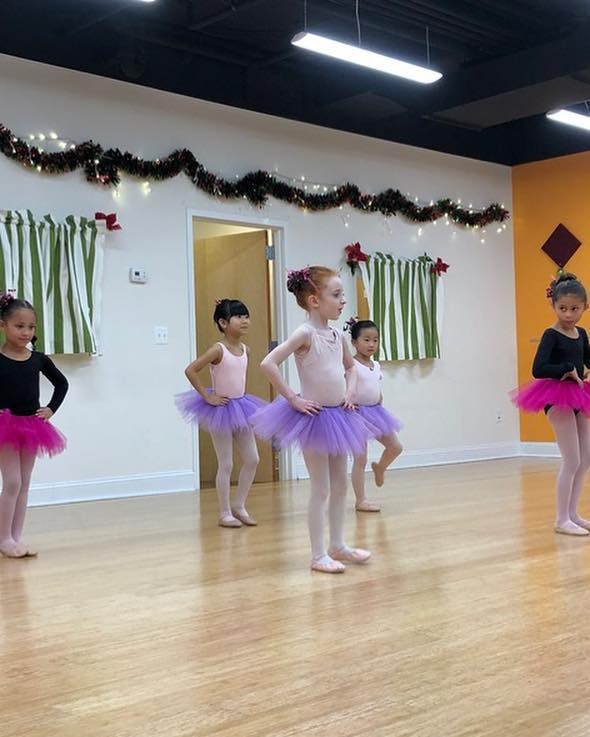 Thinking about our winter performance! We love watching our tiny dancers! #tbt • • • #misako #misakoballet #wintershow #performance #ballet #tinydancers #tutu