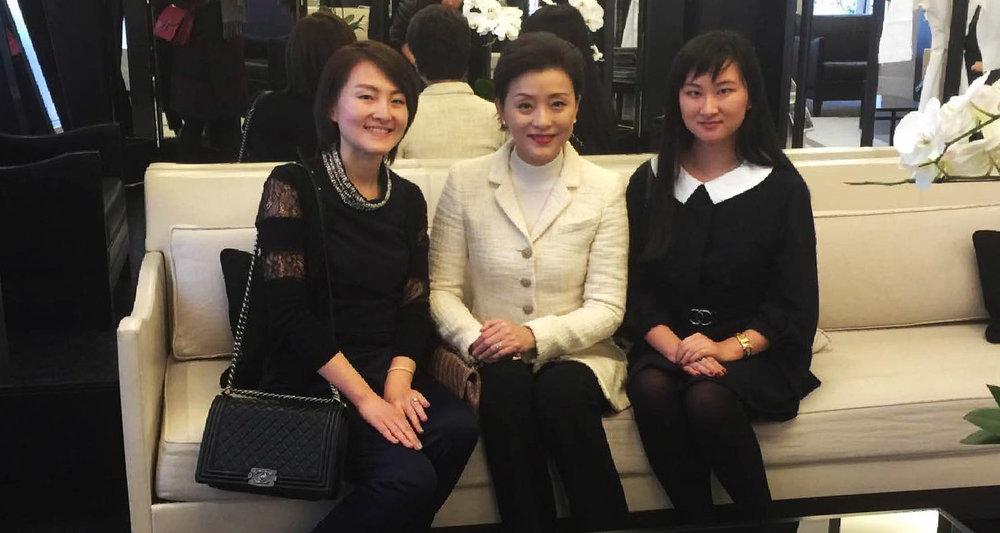 AmeriChina创始人于Chanel与杨澜老师合影