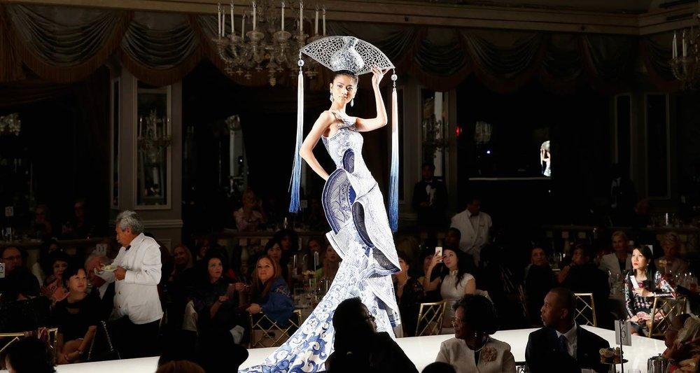 """在场嘉宾欣赏郭培女士在大都会博物馆展出的""""镜花水月""""高级定制时装秀"""