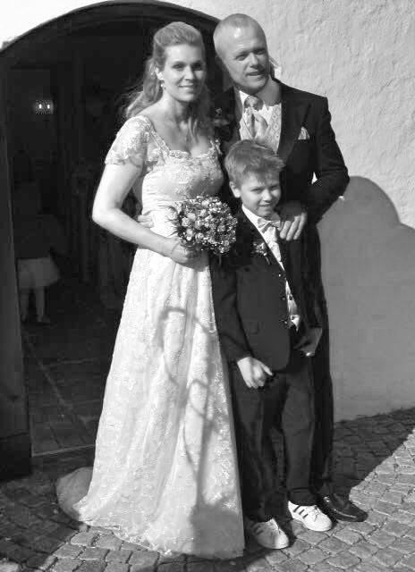 """""""Når man står og skal giftes, er brudekjolen naturligvis noget af det første der skal overvejes. Jeg fik anbefalet Josefine efter jeg havde kigget lidt på kjoler, uden at jeg dog havde fundet den rigtige. Allerede efter den første samtale havde Josefine en ide om hvad jeg kunne tænke mig, og i resten af processen fulgte vi den ide og kom også helt i hus med projektet. Jeg endte op med en utrolig smuk og velsyet brudekjole! Et par år efter brylluppet fik jeg Josefine til at sy den om til en festkjole jeg stadig kan få anvendelse af. Alt i alt sender jeg de bedste anbefalinger videre til andre kvinder, der står i den lykkelige situation at skulle giftes!Du er i meget gode hænder hos Josefine"""" /Anna Kjær Thorsøe"""