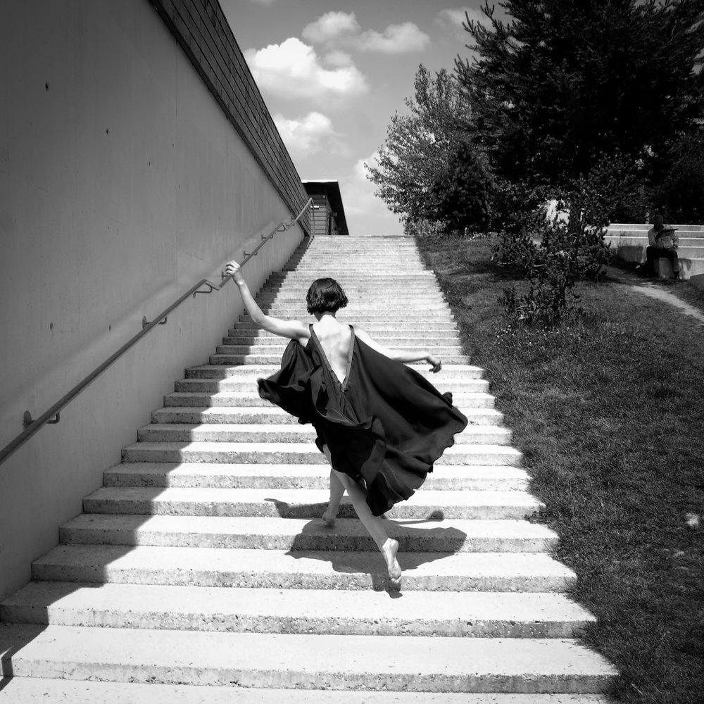 Kjole med dyb ryg i flere lag chiffon. Fotograf Peter Anderson