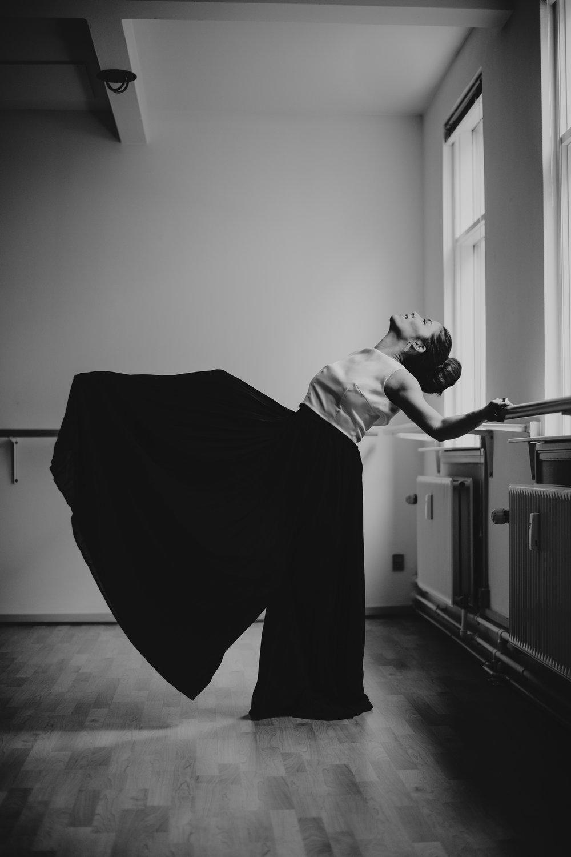 Plisserede bukser med hvid silke overdel. Fotograf  Lauren McCormick  // Model  Matilde Dresler  // Hår & Make-up  Art of hair