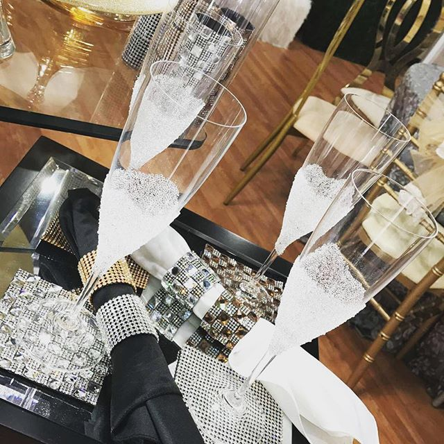 Get your party on with these beautiful wine glasses and napkin holders!! Only @modernartdesignstudio #partytime