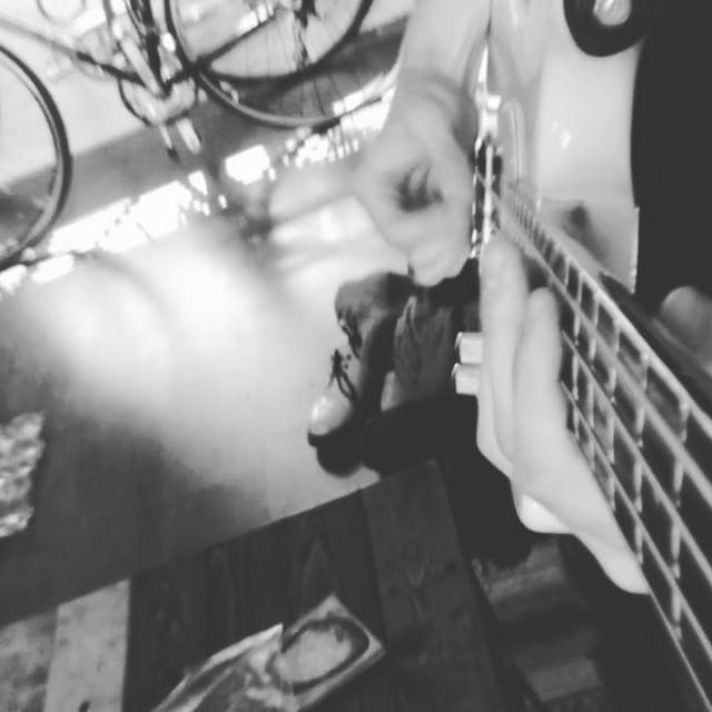 '97 Shell Pink Squire MusicMaster 🤘🏻Gritty . . . . . . . #bassplayer #musicmasterbass #bassguitarist #pedalsandeffects #fendervista #bassplayersunited #vista #shortscalebass #squirebyfender #popmusic #børns #dopamine #wayhugeelectronics #bassuniversity