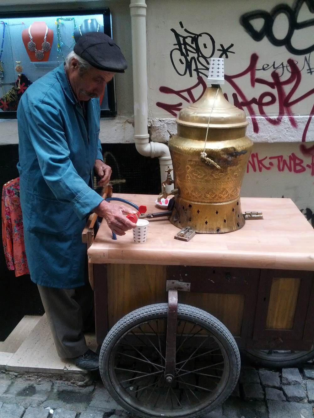 Salep vendor in Galata, Istanbul, Turkey. Image courtesy of  Verena Antje .