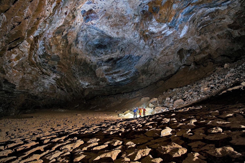 Exploradores caminando por el Sistema Huautla