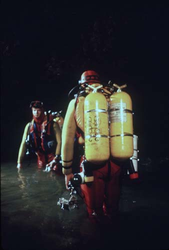 Clark Pitcairn (left) and Gary Storrick prepare for the original exploration dive in Sump 2 in late February 1984. The tanks are the novel fully overwrapped composite design first used during the 1981 Agua de Cerro Expedition. [photo �1984 Bill Stone]
