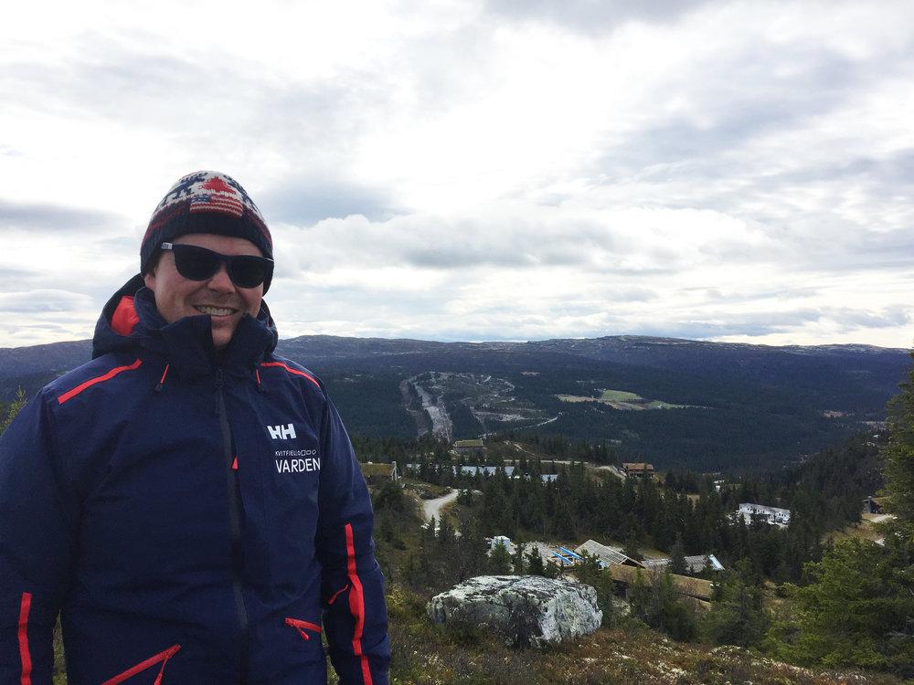 Bildet viser eiendomsmegler Hallvard Brekke Klingen fra Privatmegleren med Kvitfjells nye fjellside i bakgrunnen.