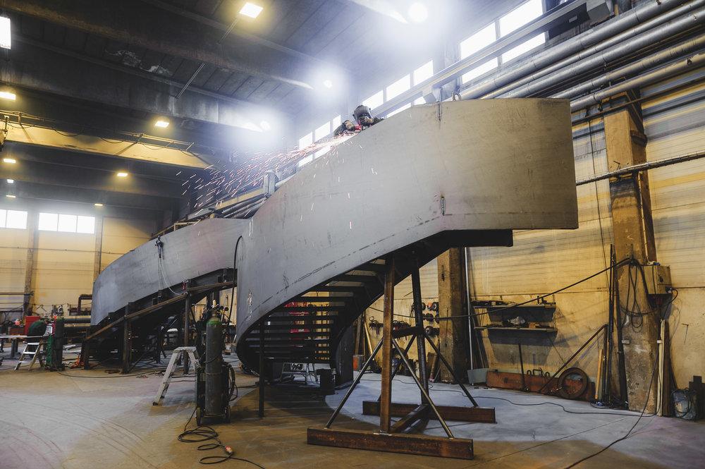 Helsingin Oodi-kirjaston aulan DNA-ketjua mukaillen kierteelle kaartuvan portaat tuotannossa Seinäjoen tehtaalla loppuvuodesta 2017.