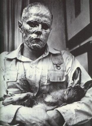 Wie man dem toten Hasen die Bilder erklärt, J. Beuys, 1965