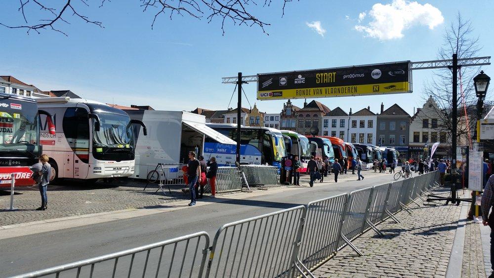 Flanders_teambuses_startline.jpg
