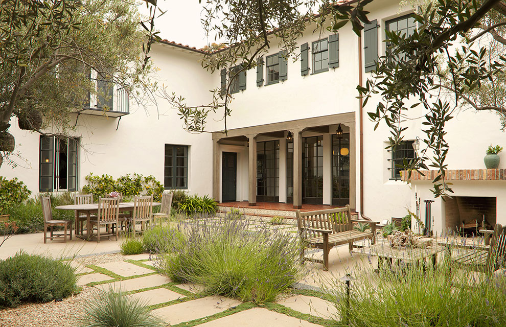 Los Angeles architect  Tim Barber Ltd.  renovated this Spanish Colonial Revival residence in Brentwood.