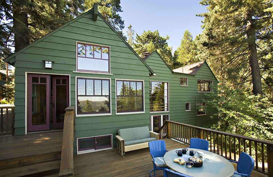 Los Angeles architect  Tim Barber Ltd.  renovated this Craftsman/Moderne vacation home in Lake Arrowhead (San Bernardino National Forest).
