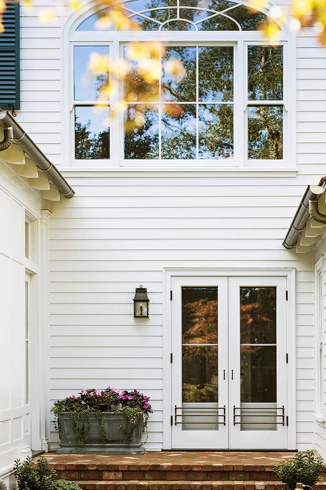 Exterior-Traditional-Southern-Colonial-Revival-Home-in-Atherton-California-by-Tim-Barber-Ltd-Architecture-and-Artistic-Designs-for-Living-Tineke-Triggs.jpg
