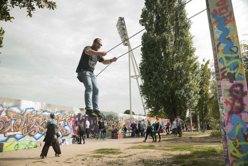 Swinging, Berlin Wall, 2015