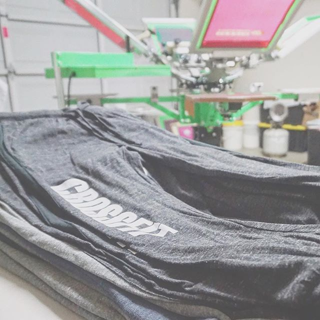 When someone asks us if we only screen print on shirts...uhhhf course not. We screen print on whatever we can get our hands on. Tees, hoodies, 100% polyester activewear, leggings, sweats, gym and tote bags, tanks...shall I continue? . #uniqueink #betterprints #crossfit