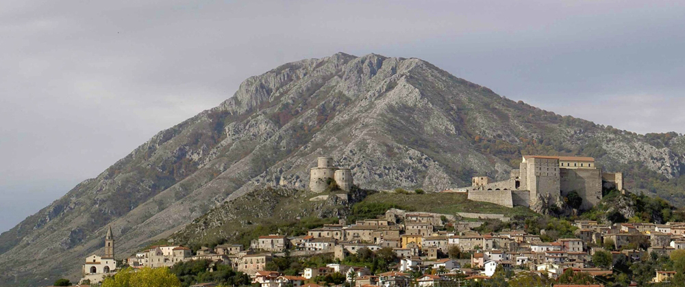 View of Montesarchio with the tower, castle, the old town and the Mount Taburno in the background. Photo by Francesco Gaddi –  CCBY-SA3.0