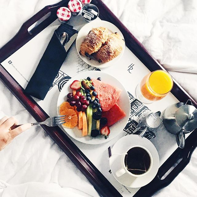 Breakfast in bed 😍🙌🏼 New video will be up in a few hours 🙊 Its 23 minutes long and is a Get Ready With Us + a vlog! 😁