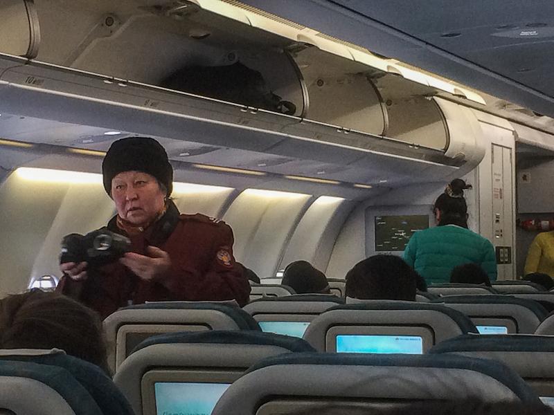 Petugas militer Russia di dalam pesawat