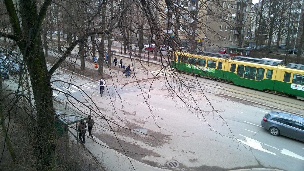 Kuvassa näkyy kyseessä oleva paikka jossa liikenteen järjestelyyn pitää puuttua.