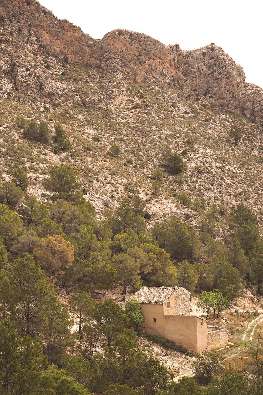 På promenad i bergen, där det här övergivna huset står och väntar på lite kärlek. Med på turen: tre glada hundar och SPF 50.