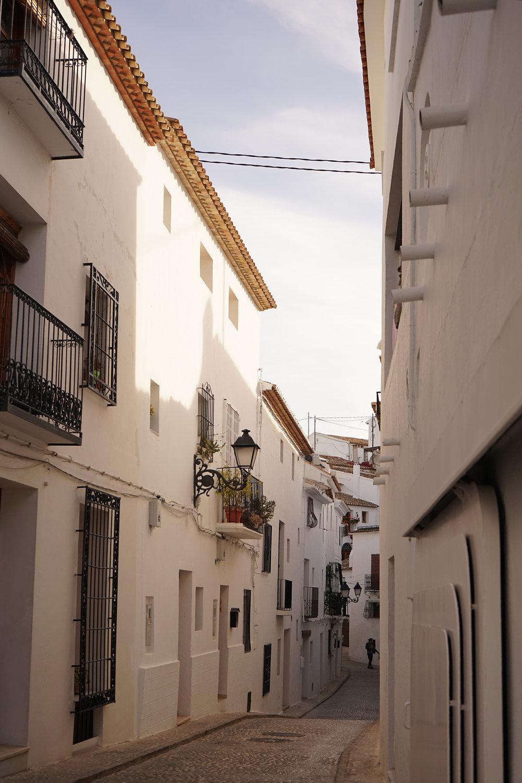 Kanske mitt favoritställe på hela Costa Blanca: Altea med sina konstnärer, hippies, pizzor, vindlande gränder och ett par flummiga hälsokostbutiker. Här skulle jag faktiskt kunna tänka mig ett litet townhouse i gamla stan med en liten solterass på taket. Notera bristen på bilar = tystnad.