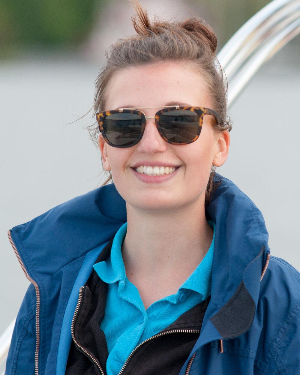 Clara - Seit 2014 bei der Wilden Flotte. Anfangs vorwiegend für die Kinder auf den Optis zuständig, hat sie sich immer mehr Tätigkeitsfelder erarbeitet. Heute ist sie vom Chartergeschäft über Segel- und Motorbootkurse universell einsetzbar. Studiert BWL in Konstanz.