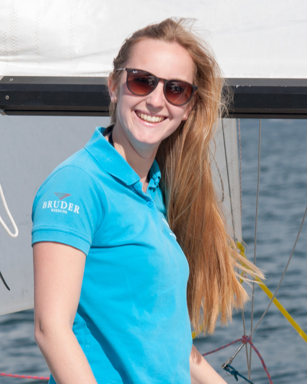 Britta - Als gebürtige Wallhäuserin hat Sie schon für die Vorgängersegelschule gearbeitet. Ist unsere Spezialistin in Sachen Optikurs und Motorbootschulung. Seit 2015 arbeitet sie bei der Weißen Flotte als Tourismusfachkraft und nebenberuflich bei uns. Seit 2018 erweitert sie ihre Fähigkeiten durch ein Fernstudium zur Tourismuskauffrau.