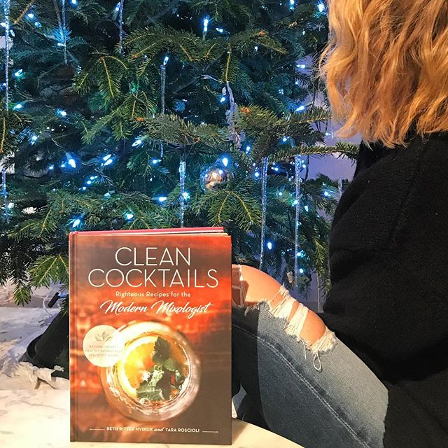 The only book you need to survive the #holidays2017 🎄🥃 #cleancocktails #mustread #mustgift #trustme Congrats 🎉🎊🍾 @tararoscioli