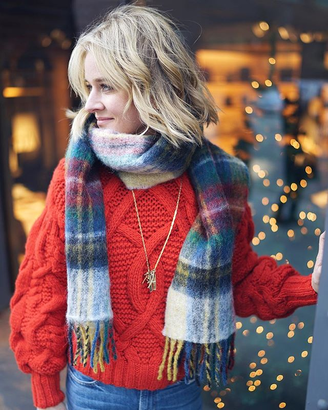 Totally gettin' into the holiday spirit this year🎄❤️ @ullajohnson @jenniferfisherjewelry @motherdenim 📷: @jaymoxias