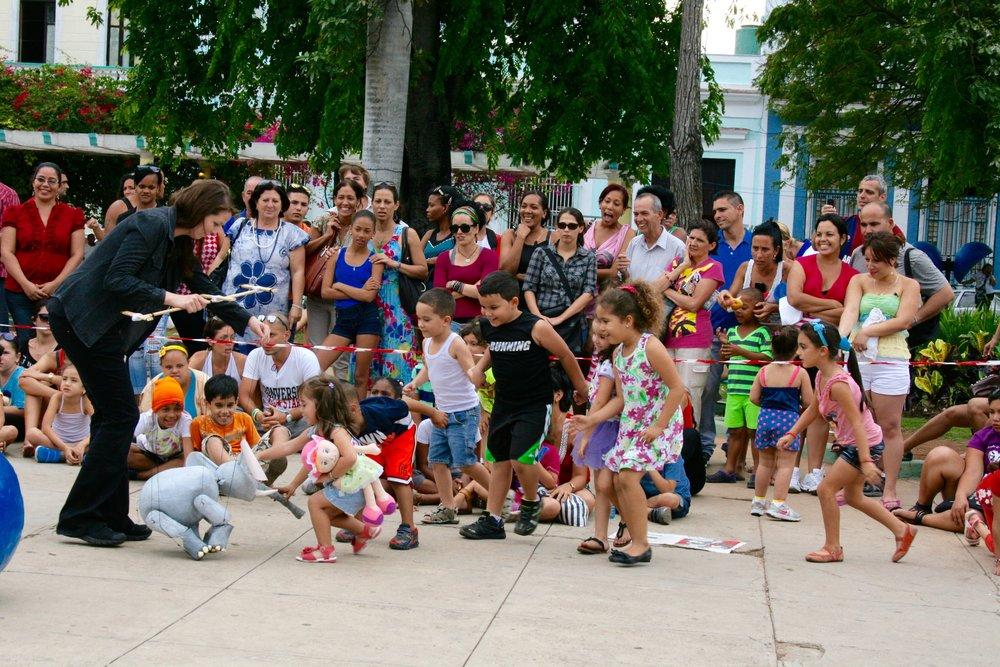 """Maria Baric Companyn juhlavuoden uutuusteos, """"Burbujas de Fantasia"""" kantaesitettiin huhtikuussa kansainvälisillä nukketeatterifestivaaleilla Kuubassa puolalaisen yhteistyötahon Klinika Lalekin ja kuubalaisen El Miron Cubanon kanssa. Kuvat: Anja Muhonen-Abonce."""