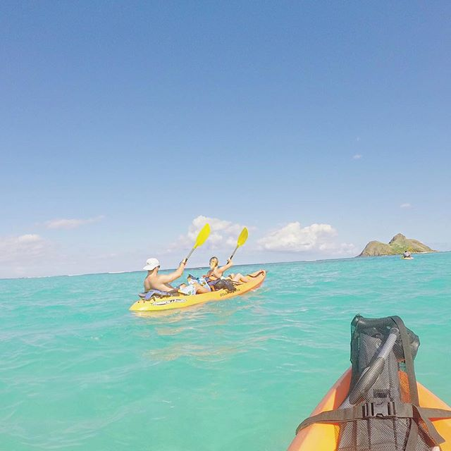 Watching sea turtles in their natural habitat ✅  Killer arm workout ✅✅ Getting thrown 5ft in the air out of my kayak from rough waves ✅✅✅ All worth it to kayak these crystal clear waters to the Mokes, one of the most fun adventure activities in Oahu. Where is the coolest place you've ever kayaked? #mokuluaislands