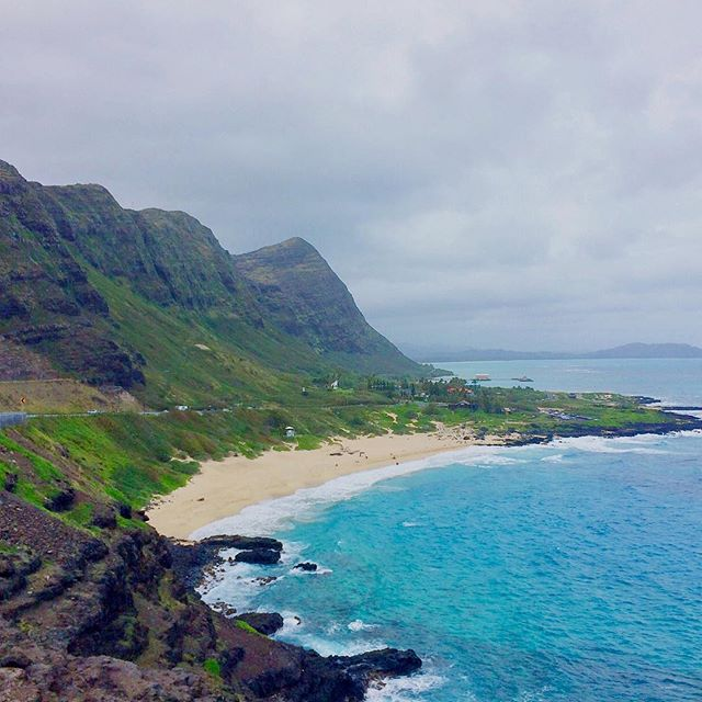 Oahu has no shortage of beautiful scenic views... add this one to the list! For a full travel guide to Oahu, check out our new blog post. Link in bio! #makapuu