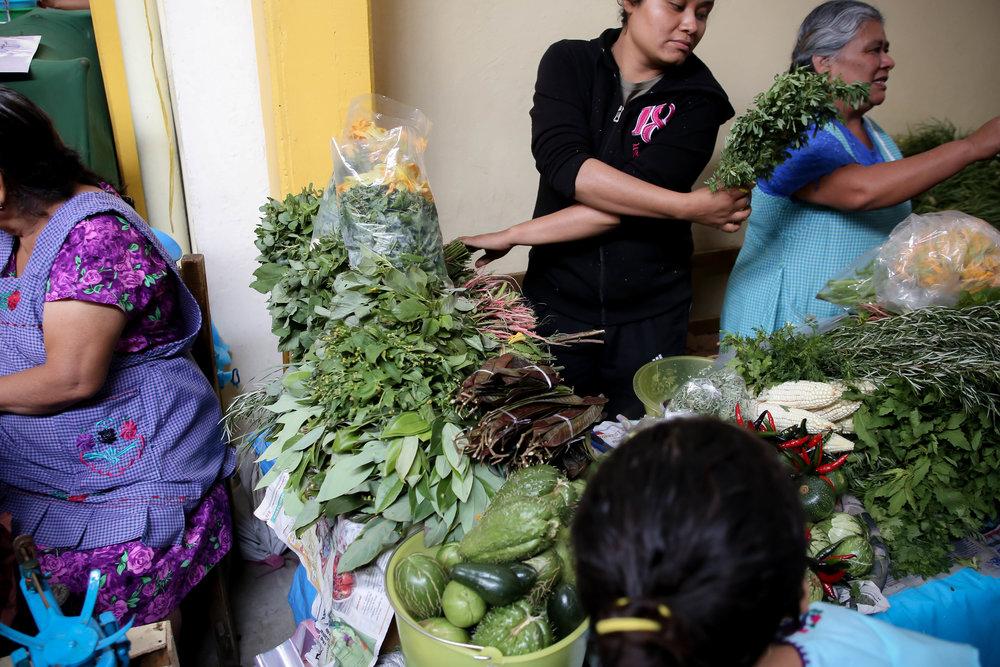 Hierbas, calabazas, tunas. Mercado de la Merced, Oaxaca,   México.