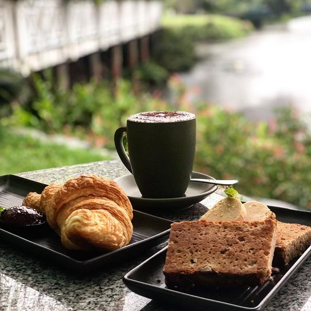 ☔️ R A I N • R A I N ... you can stay! We can stay dry at Choo Choo's all day! ☔️ with chilly temperatures of 25 in Port Douglas, come and get front row seats to this glorious rain, with a hot @fourmileroasters coffee, @mockaspiesandbakehouse croissant or our #homemade banana bread 🤤 #rainydays #choochoospd #breakfast #eatlocal #breakfastclub #fnq