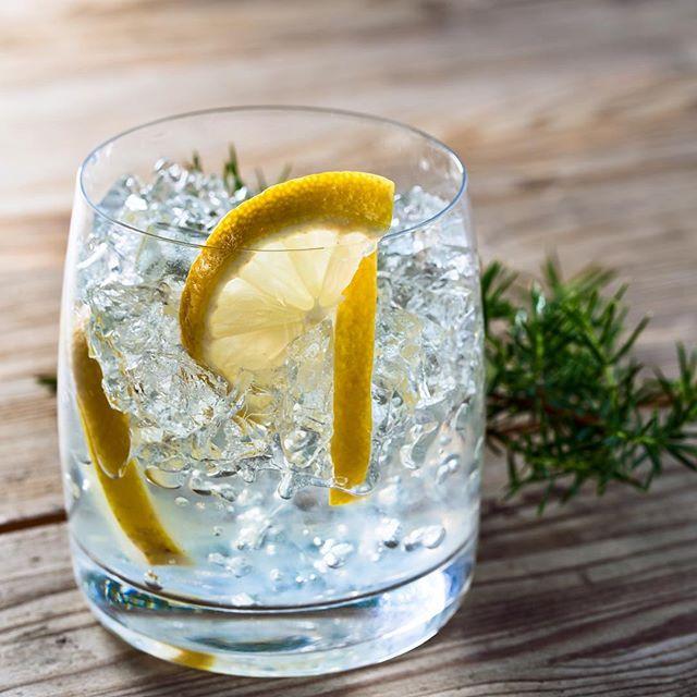 Ugen er vippet, og det er (endelig) blevet #lillefredag 🙌🏼 Det fejrer vi med manér; en klassisk #gintonic blandet af #starofbombay #gin og #schweppes #tonic, toppet med #citron 🍋 Med hele 12 forskellige #krydderurter emmer denne gin af smag, karakter og kvalitet 😍👌🏼 . . #shobr #thirstythursday #starofbombay #klarweekendensindkøb #påshobr #vilevereriheledanmark 📦