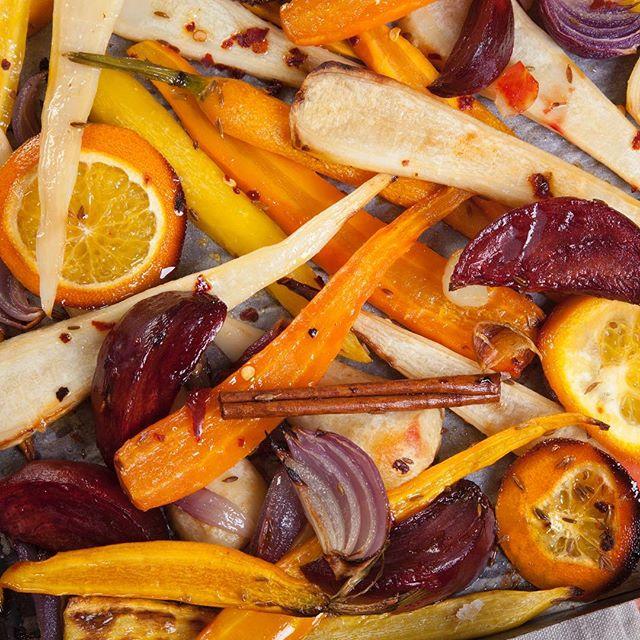 En af efterårets helt store fornøjelser er efter vores mening bagte #rodfrugter: flotte farver og godt med power 💥 Blanchér #pastinak, #rødbede, #gulerod og #skorzonerrod, tilsæt #appelsin og #rødløg, marinér med god #olivenolie, #honning og et drys #kommen 👌🏼 Hvordan foretrækker I jeres rodfrugter? 😊 . . #shobr #findrodfrugterpåshobr #fådemleveretligetildøren #iheledanmark
