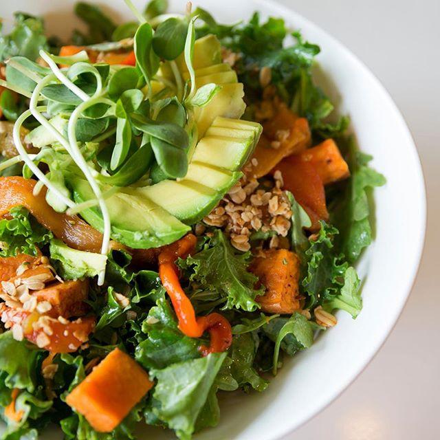 Den her går ud til vores vegetariske og veganske venner - eller bare til alle jer, der er vilde med smagfulde, sunde, grønne retter 🌱 En #salat med stegte #gulerødder, #butternutsquash, #peberfrugt #perlebyg, #avocado og #feldsalat 😋 Efter vores mening er det lige dét, der kan peppe en grå og kedelig onsdag op 💥 . . #shobr #findingredienser #påshobr #gørhverdagenlidtlettere