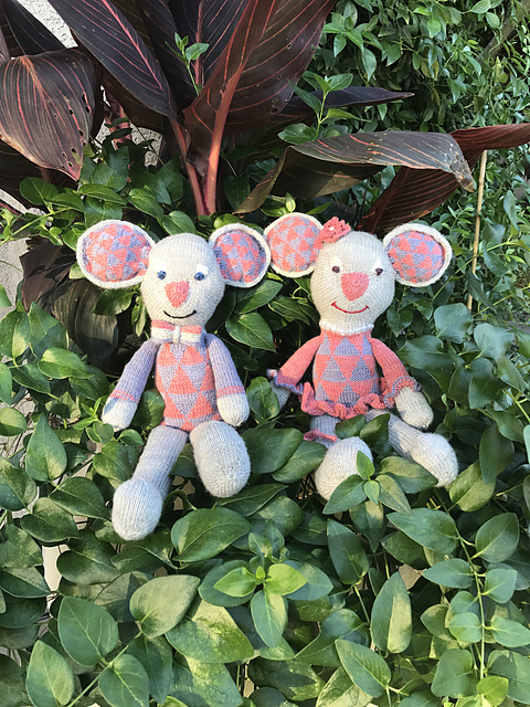 dbukko's cheery pair of mice made me smile too. You can see her notes on her Ravelry project page here:  Mr & Mrs Alex the Mouse