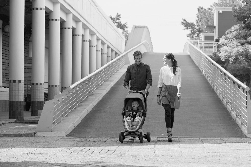 quinny_lifestyle_zappflexplus_2017_graphite_blush_graphiteonblush#2_familyonbridge_front.jpg