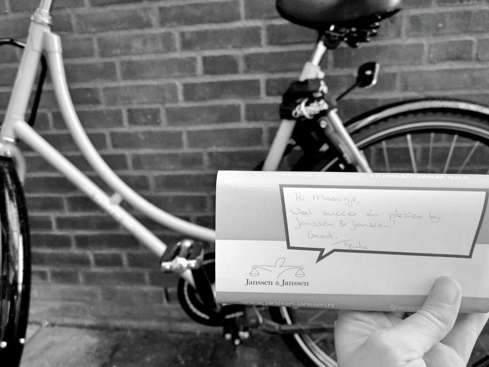 De Swap-fiets die Marrigje iedere dag naar Janssen & Janssen brengt. EN het welkomst cadeautje van Janssen & Janssen op haar eerste dag.