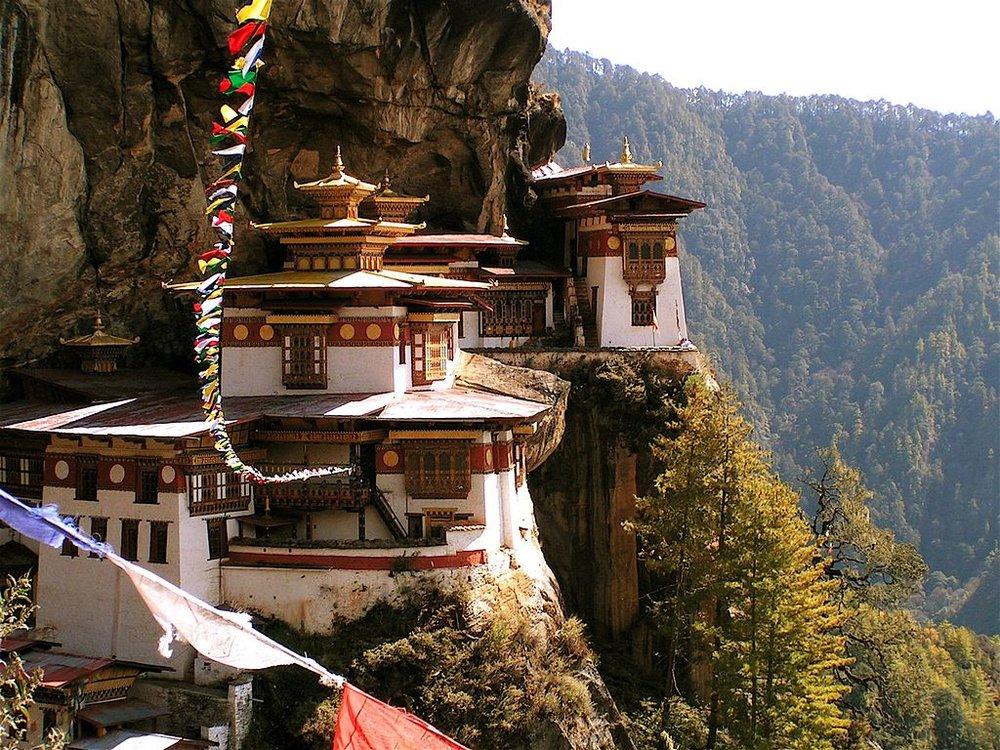1024px-Tigernest_(Taktsang)-Kloster_in_Bhutan.jpg