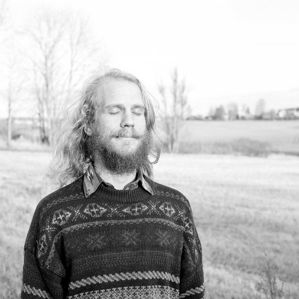 Mats Nystam (SE)- mandola  Spiller mandola, mandolin og gitar innenfor det meste nordiske, men også andre musikktradisjoner. Psykedelisk improvisatør, noenlunde tradisjonell folkemusiker og alt imellom. Tror på musikkens kraft både i en ekstovert, munter måte og en mer introvert- som en måte til å sentrere og komme i kontakt med seg selv.  Han har blant annet gitt ut plate med  Älvor i Dimman og spiller i bandet Eterpotet.