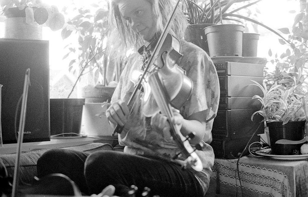 Bjørnhild Eskeland Wesenberg- bratsj, trøorgel, div.  Bjørnhild har en bachelor i folkemusikk fra Høgskolen i Sørøst-Norge. Ho har lagt sin elsk på etterslag og musikk fra Hadeland. Der er det mange etterslag som ligger klare for å tas i bruk.  Ellers spiller ho flere instrumenter i Myllargutens Gammaldansorkester, kvartetten  Eterpotet , samt Wesenberg/Ruud-duo