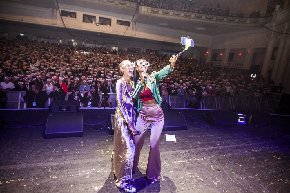 """""""Big selfie"""" on stage at Global Citizen with full crowd participation with their #GlassesOn"""