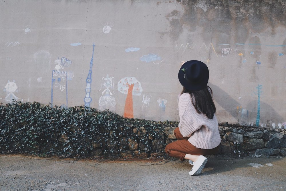 girl+chalk+painting+on+wall.jpg
