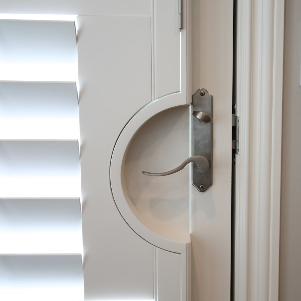 Shutter with door notch for lever handle