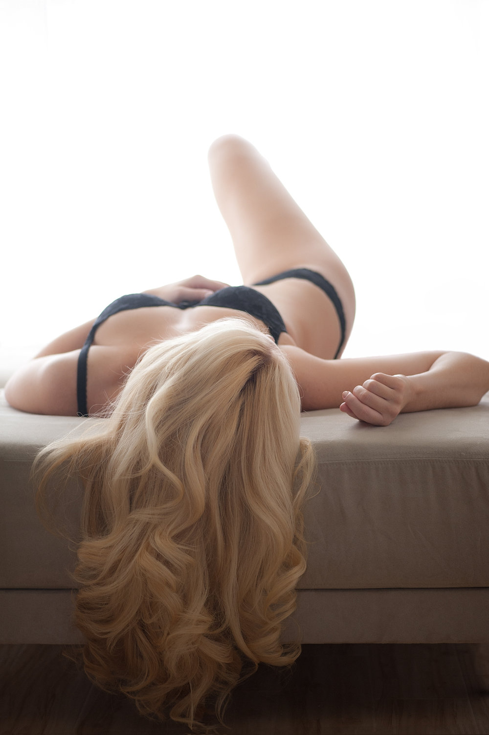 04-blonde-woman-silhouette-draping-hair-boudoir.jpg