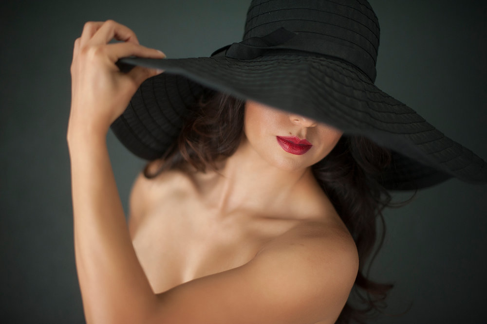 16-playful-flirtatious-floppy-hat-red-lips.jpg