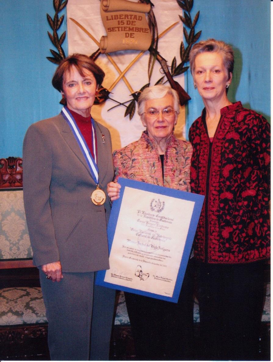 Rosemary Metcalfe de Barillas,  Presidenta del Museo Ixchel,  acompañada de Thelma Chacón de Willemsen, Vice-Presidenta y Joana Willemsen de Matheu.jpg